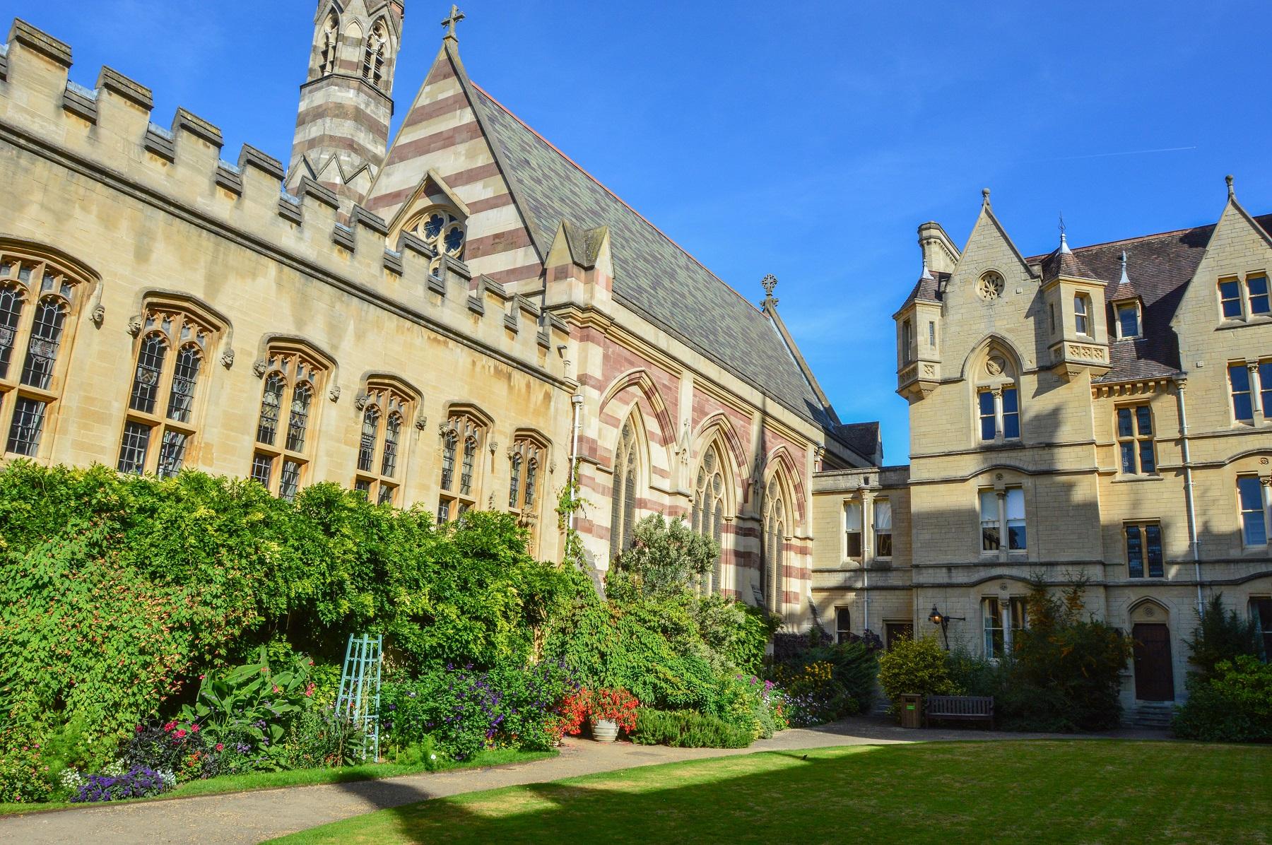 Dziedziniec-katedry-Oxford