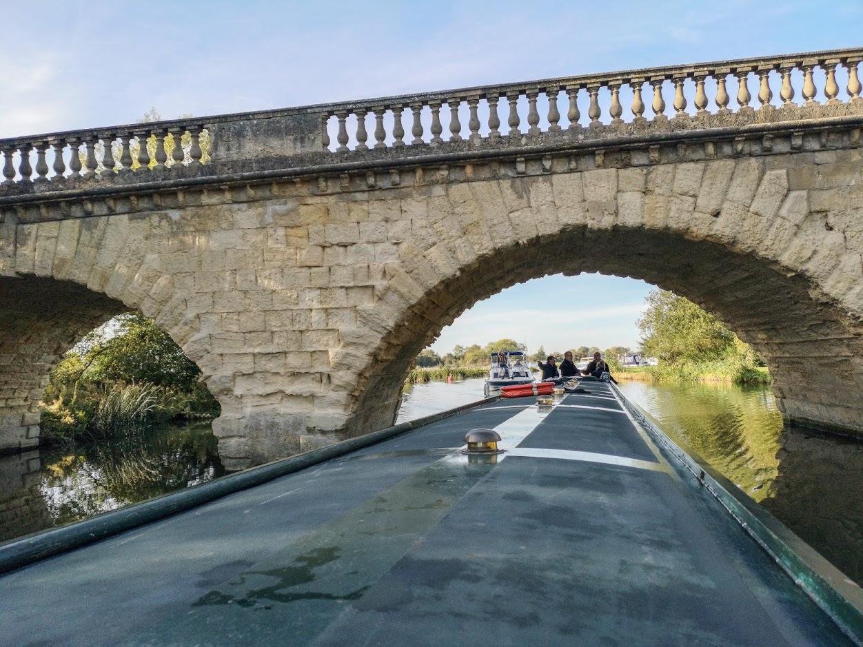 Plyniemy-pod-mostem-Swinford-Toll-Bridge
